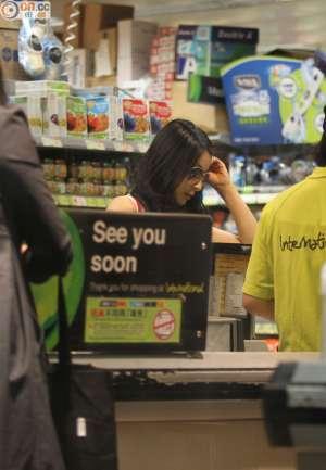 郭晶晶现身超市低调扫货 亲力亲为拿大袋战利品资讯生活